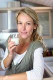 Retrato do leite bebendo da mulher loura imagens de stock