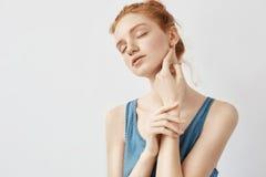 Retrato do levantamento modelo do ruivo macio com olhos fechados Fotografia de Stock Royalty Free