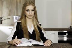 Retrato do livro de leitura inteligente do estudante Fotografia de Stock