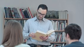 Retrato do livro de leitura novo do professor na sala de aula Fotografia de Stock Royalty Free