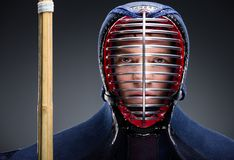 Retrato do lutador do kendo com shinai Fotos de Stock Royalty Free