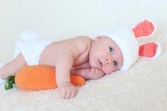 Retrato do 1 mês bonitos do bebê no terno do coelho Fotografia de Stock Royalty Free