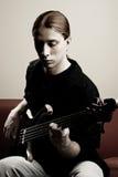 Retrato do músico com guitarra baixa fotografia de stock royalty free
