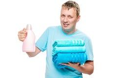Retrato do marido feliz com toalhas limpas e gel para lavar imagens de stock