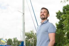 Retrato do marinheiro farpado de sorriso Aventuras felizes do amor do homem com esporte de barco Conceito da aventura das férias  foto de stock royalty free