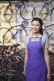 Retrato do mecânico fêmea novo na loja de bicicleta, Pequim Fotografia de Stock