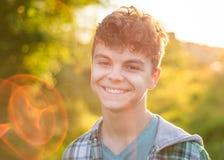 Retrato do menino adolescente com raios do sol foto de stock