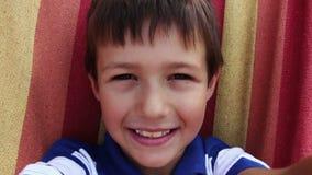 Retrato do menino caucasiano novo feliz que olha a câmera, sorriso do menino video estoque