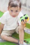 Retrato do menino caucasiano pequeno que joga com brinquedos Fotos de Stock Royalty Free