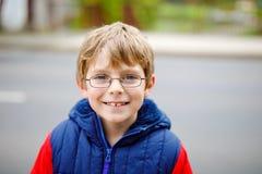 Retrato do menino da criança com vidros na roupa colorida da queda da forma Criança saudável feliz que tem o divertimento fora cu fotos de stock