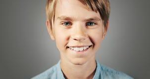 Retrato do menino de sorriso isolado vídeos de arquivo