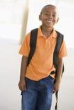 Retrato do menino do jardim de infância com trouxa fotografia de stock