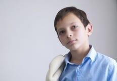 Retrato do menino do Preteen no fundo cinzento Fotos de Stock