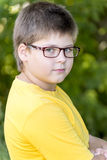 Retrato do menino dos anos de idade 10 no parque Fotos de Stock Royalty Free