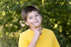 Retrato do menino dos anos de idade 10 no parque Foto de Stock Royalty Free