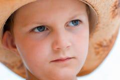 Retrato do menino em um chapéu de palha Imagem de Stock