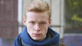 Retrato do menino, emoção, irritada outdoor vídeos de arquivo