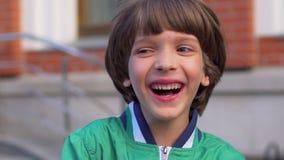 Retrato do menino feliz de riso bonito que olha a câmera, isolado Cara do chid caucasiano que olha na câmera feliz filme
