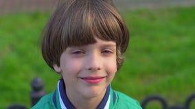 Retrato do menino feliz de sorriso bonito que olha a câmera, isolado Cara da criança caucasiano que olha na câmera feliz filme