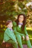 Retrato do menino feliz e da sua mãe fotografia de stock