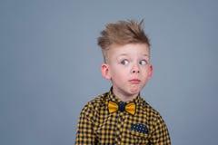 Retrato do menino feliz, elegante que levanta em um fundo branco imagens de stock royalty free
