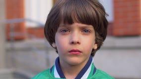 Retrato do menino feliz novo bonito que olha a câmera, isolado Cara da criança masculina caucasiano que olha na câmera, feliz vídeos de arquivo