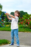 Retrato do menino feliz que guarda a corda de salto imagens de stock