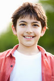 Retrato do menino latino-americano de sorriso no campo Fotografia de Stock Royalty Free