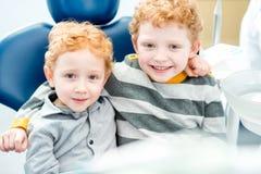 Retrato do meninos de sorriso no escritório dental fotografia de stock