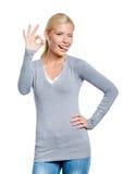 retrato do Metade-comprimento de gesticular aprovado da mulher fotos de stock royalty free