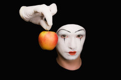 Retrato do Mime com maçã vermelha imagem de stock