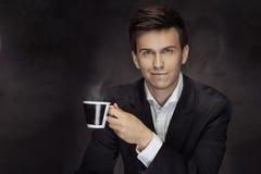 Retrato do mna considerável que guarda o copo de café Imagem de Stock