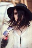 Retrato do modelo bonito no casaco de pele, no chapéu e nos óculos de sol Urb Fotografia de Stock Royalty Free