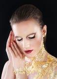 Retrato do modelo da composição do encanto, corpo dourado foto de stock