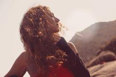 Retrato do modelo de forma na praia no por do sol Fotos de Stock