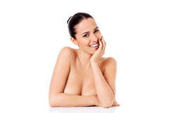 Retrato do modelo fêmea bonito no fundo branco