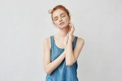 Retrato do modelo foxy bonito que levanta com olhos fechados Fotografia de Stock