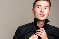 Retrato do modelo masculino que veste-se acima Imagens de Stock