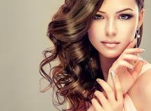 Retrato do modelo novo com cabelo ondulado, denso Fotografia de Stock Royalty Free