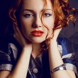 Retrato do modelo ruivo novo bonito no revestimento na moda Fotos de Stock