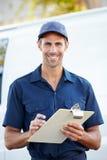 Retrato do motorista With Clipboard da entrega foto de stock royalty free