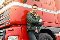 Retrato do motorista feliz no caminhão moderno fotos de stock royalty free