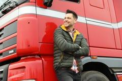 Retrato do motorista feliz no caminhão moderno imagem de stock
