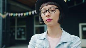 Retrato do movimento lento da menina bonita com a cara séria que está fora video estoque