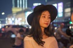 Retrato do mulheres bonitas novas em ruas da cidade na noite Fotos de Stock Royalty Free