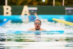 Retrato do nadador do homem novo fotos de stock royalty free