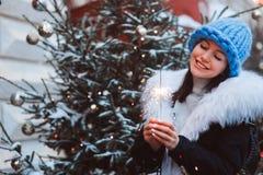 Retrato do Natal da jovem mulher feliz que anda na cidade nevado do inverno fotos de stock royalty free