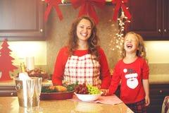 Retrato do Natal da mamã e da filha na cozinha Imagem de Stock
