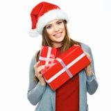 Retrato do Natal da mulher de sorriso de Santa que guarda o iso da caixa de presente imagens de stock royalty free