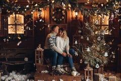 Retrato do Natal de um hause de madeira dos pares românticos fotografia de stock royalty free